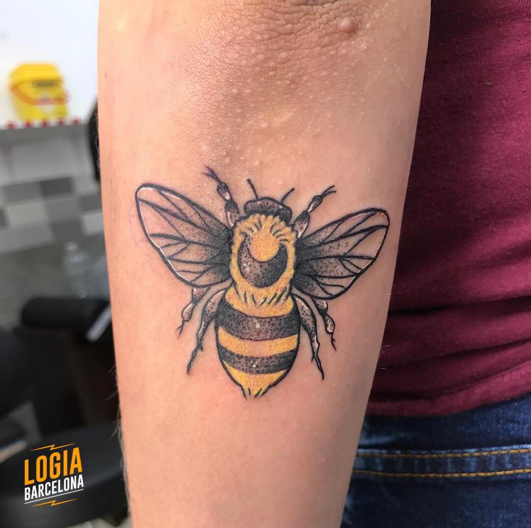 Tatuaje abeja brazo color Kathycaboom Logia Barcelona