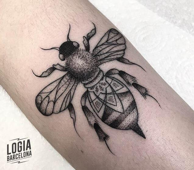 Tatuaje abeja brazo blackwork Dylan Sutton Logia Barcelona