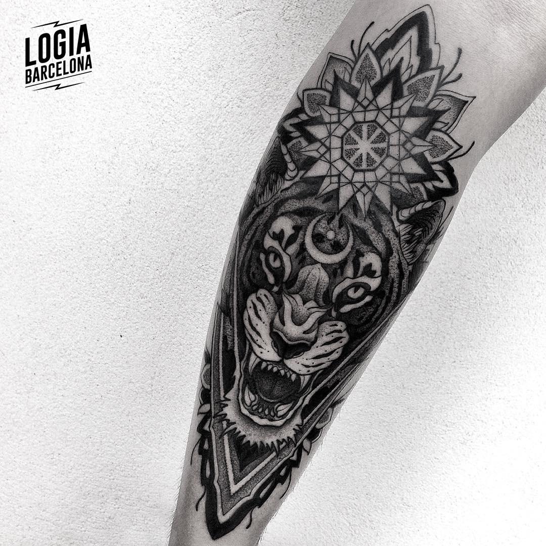 Tatuaje tigre Sol y Luna blackwork Franki Logia Barcelona
