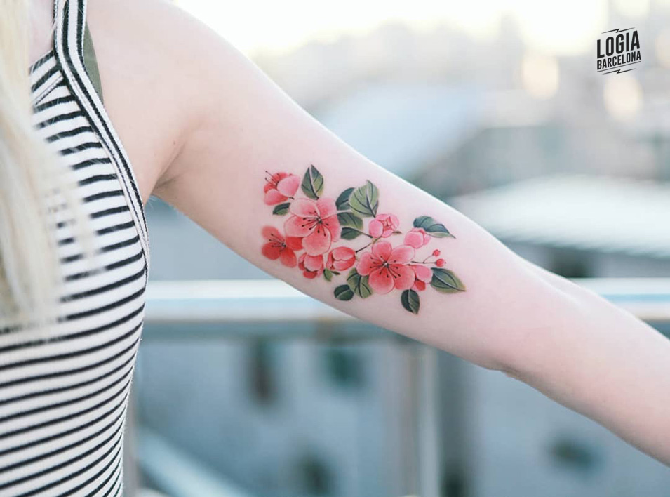 Tatuaje_flores_brazo_Sion_Logia_Barcelona
