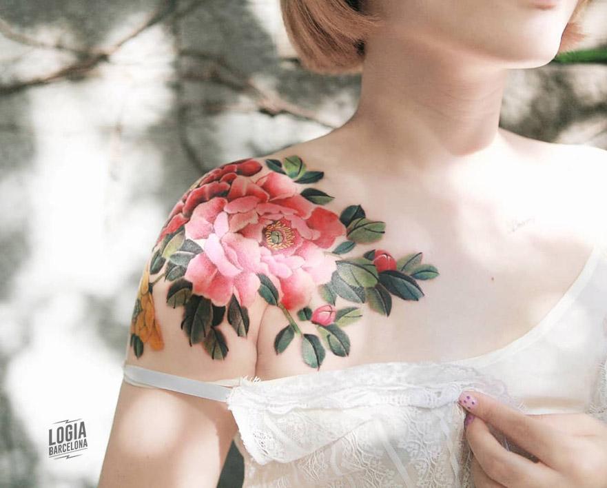 tatuaje delicado mujer flores Sion Logia Barcelona