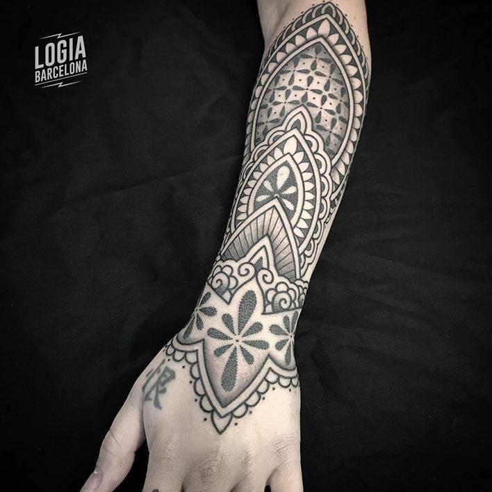 mejores tatuadores barcelona - ornamental - logia tattoo Willian Spindola