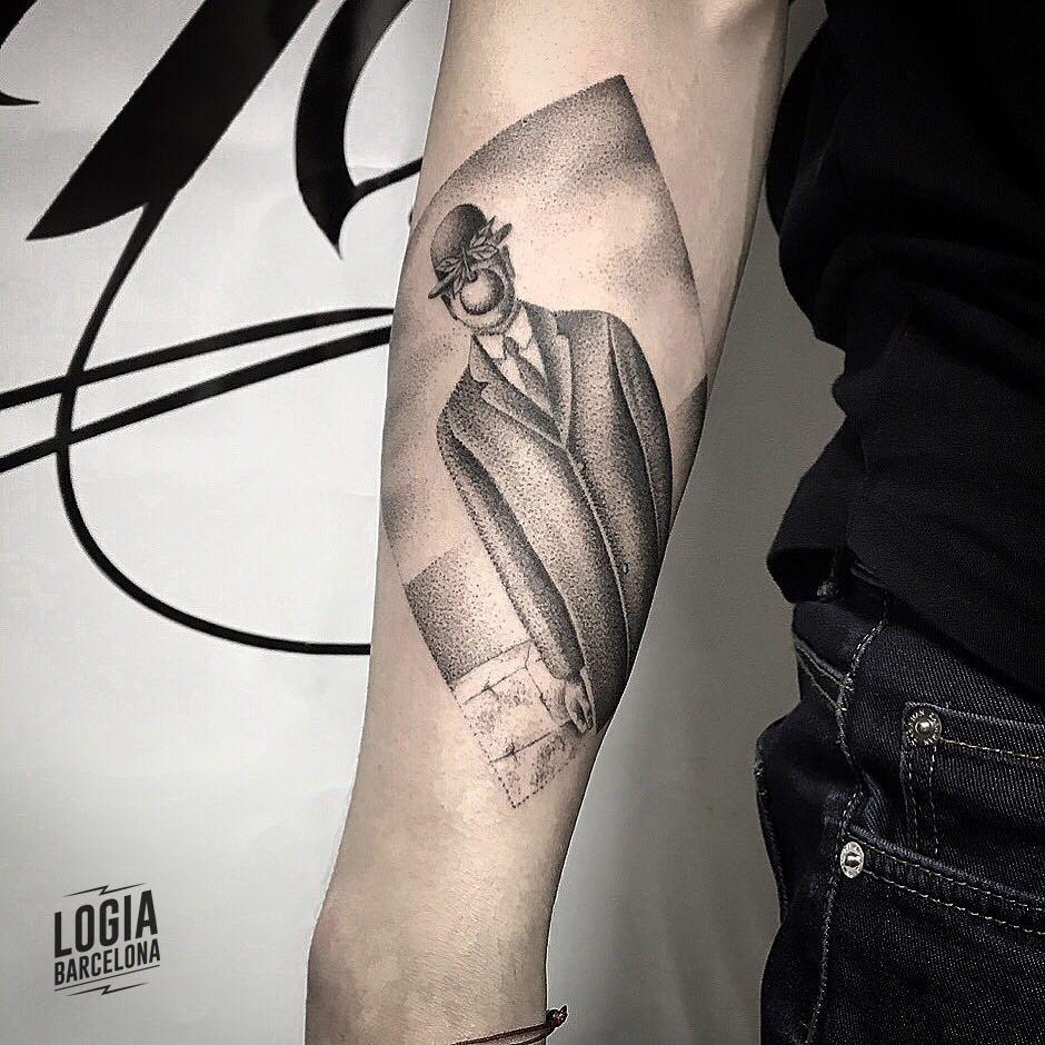 tatuaje_brazo_surrealismo_cuadro_logia_barcelona_mace_cosmos