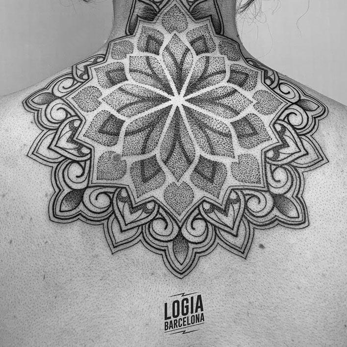 tatuaje_dotwork_esquena_mandala_Victor_Dalmau_Logia_Barcelona