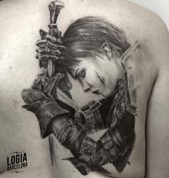 Tatuaje guerrera valkiria espada realista - Logia Barcelona