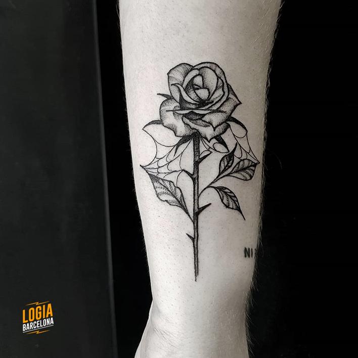 mejores tatuadores barcelona - tatuaje rosa - Logia Tattoo Sulsu