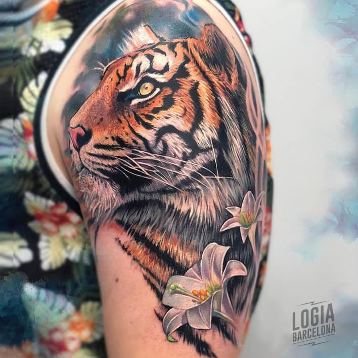 Tatuaje tigre lirio flor brazo - Logia tattoo Laura Egea