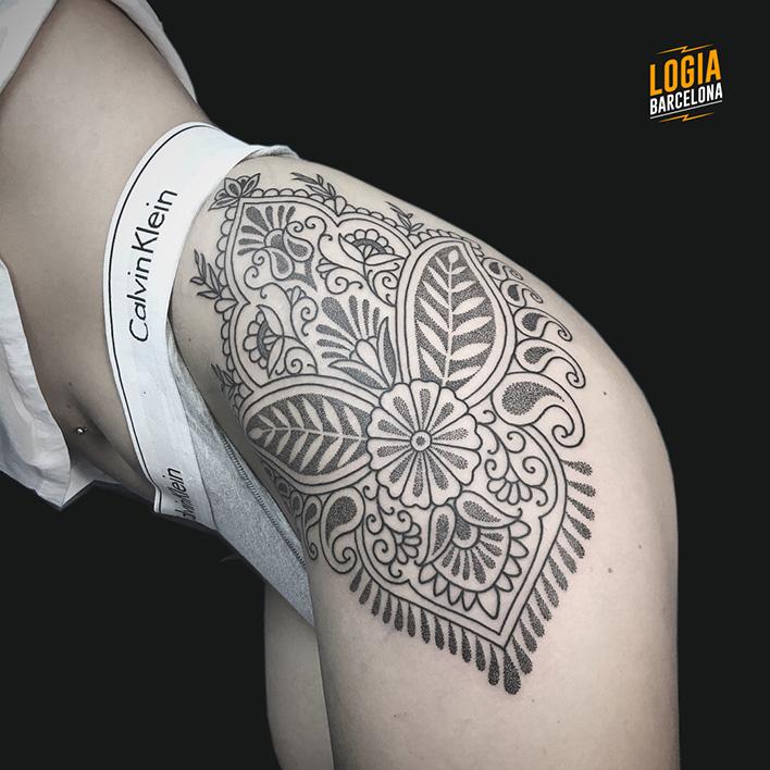 tatuaje de cintura a pierna Logia Barcelona