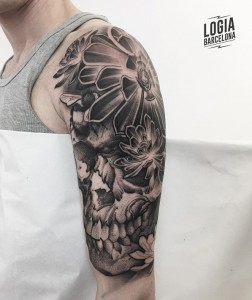 blackwork tattoo - calavera flor - Logia Barcelona