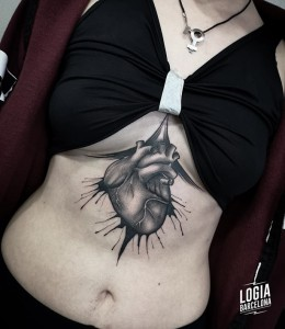 blackwork tattoo - corazon underboob - Logia Barcelona