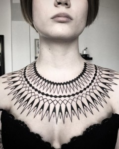 tatuaje_blackwork_mandala_collar