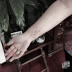 puntillismo tattoo - muñeca - Logia Barcelona