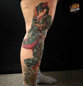 Tatuaje geisha japonesa en la pierna Logia Barcelona