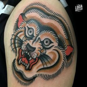 Tatuaje felino japones en el hombro Logia Barcelona