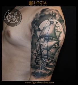tatuaje-hombro-barco-Logia-Barcelona-Alexei
