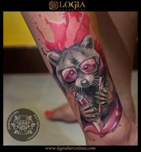 tatuaje-pierna-mapache-Logia-Barcelona-Alexei