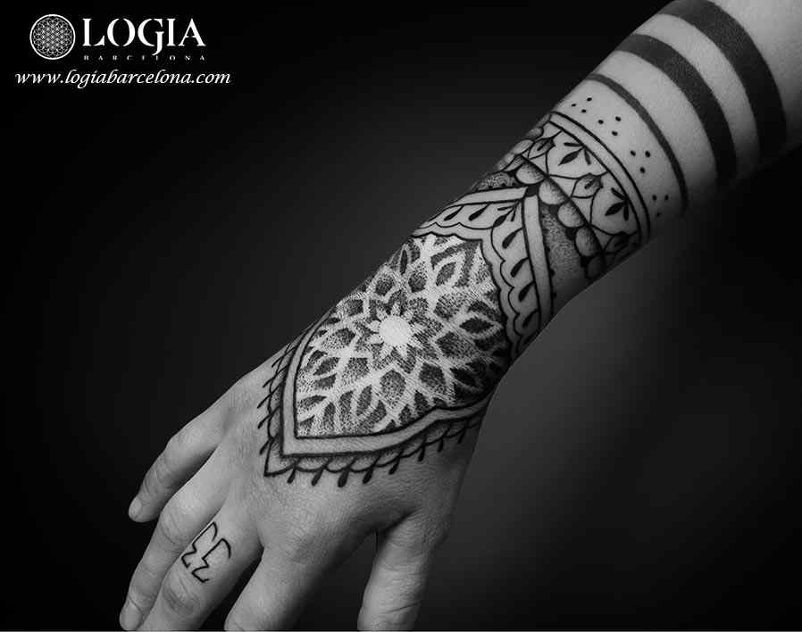 Tatuaje brazalete mandala mehndi logia barcelona