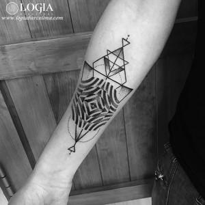 tatuaje-brazo-geometria-triangulos-logiabarcelona-beve
