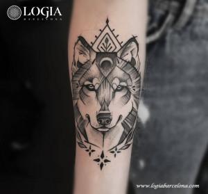 tatuaje-brazo-lobo-logiabarcelona-beve