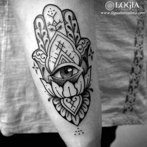 tatuaje-brazo-mano-de-fatima-ojo-mandala-logiabarcelona-beve