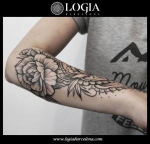 tatuaje-flores-brazo-logiabarcelona-beve