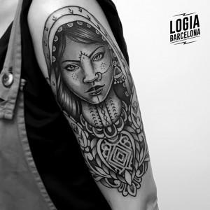 tatuaje-india-hombro-tradicional-logia-barcelona-Beve