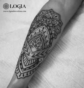 tatuaje-mandala-brazo-geometrico-logiabarcelona-beve