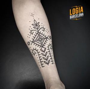 tatuaje-pierna-floral-ornamental-logia-barcelona-Beve