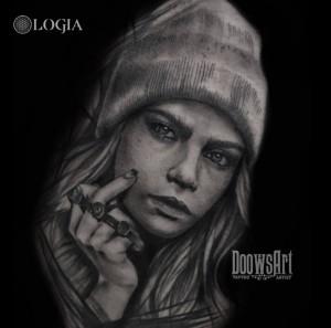 tatuaje-blackwork-chica-logia-barcelona-doows