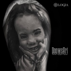 tatuaje-hombro-chica-logia-barcelona-doows