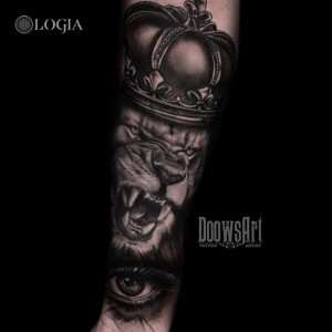 tatuaje-rey-leon-brazo-logia-barcelona-doows