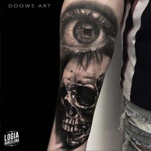 tatuaje_blackwork_calavera_ojo_brazo_logiabarcelona_doows