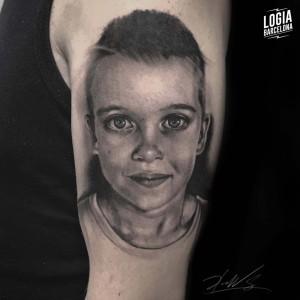 tatuaje_blackwork_cara_niño_brazo_logiabarcelona_doows