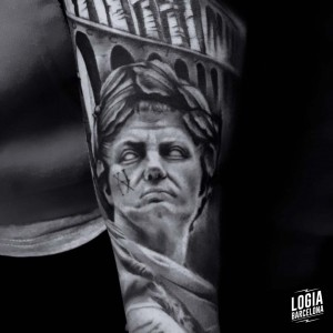 tatuaje_blackwork_julius_cesar_coliseum_brazo_logiabarcelona_doows