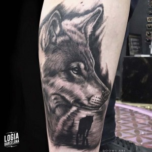 tatuaje_blackwork_lobo_pierna_logiabarcelona_doows