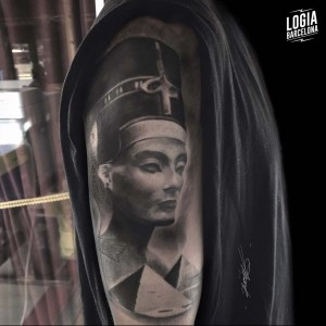 tatuaje_blackwork_nefertiti_brazo_logiabarcelona_doows