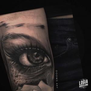 tatuaje_blackwork_ojo_brazo_logiabarcelona_doows