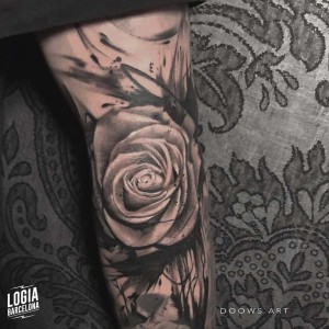 tatuaje_blackwork_rosa_brazo_logiabarcelona_doows