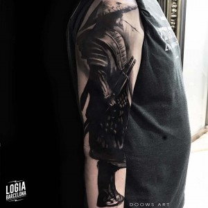 tatuaje_blackwork_samurai_brazo_logiabarcelona_doows