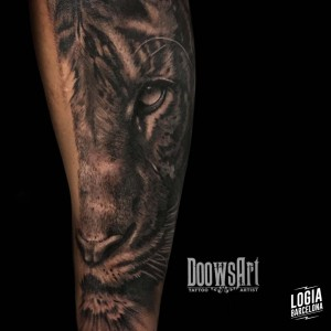 tatuaje_blackwork_tigre_pierna_logiabarcelona_doows