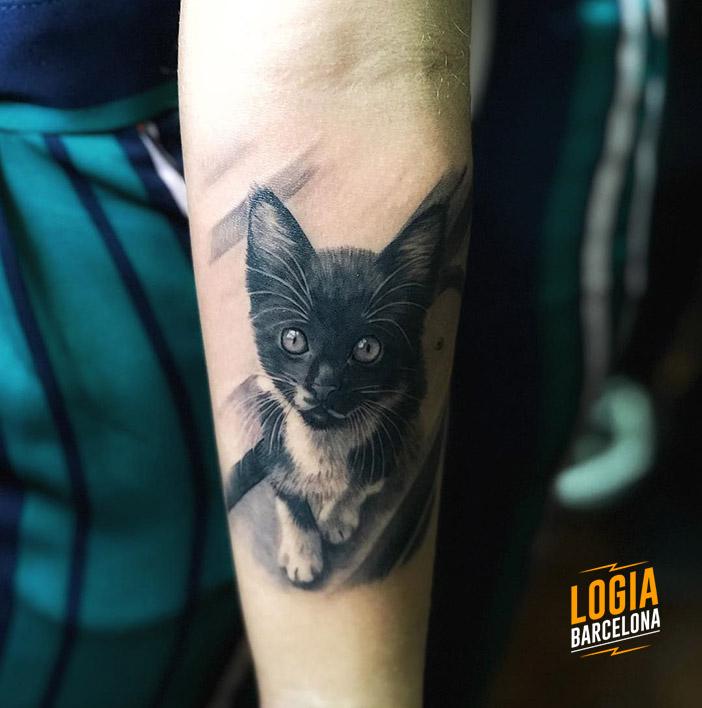 Tatuaje de Gatito brazo realista Logia Barcelona