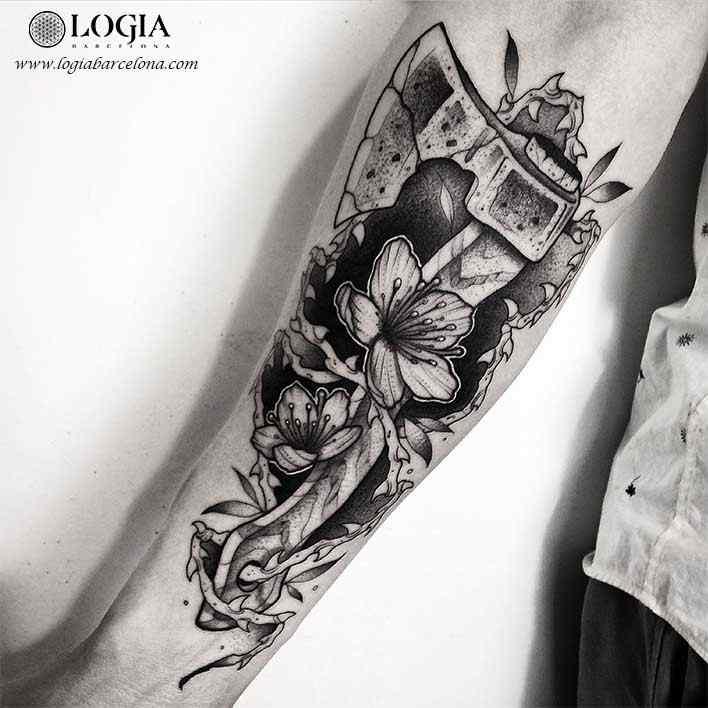 tatuaje-brazo-martillo-flores-logia-barcelona-franki
