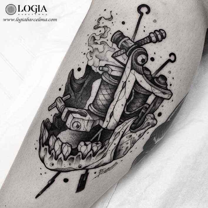 tatuaje-pierna-calavera-maquina-coser-hilos-logia-barcelona-franki