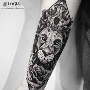 tatuaje-brazo-leon-calavera-rosa-logia-barcelona-franki