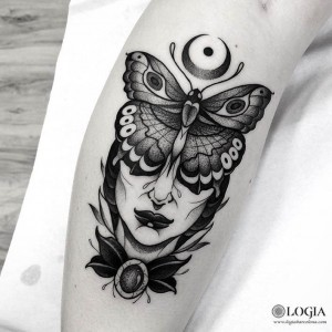 tatuaje-pierna-mujer-mariposa-logiabarcelona-franki