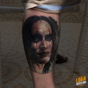 tatuaje_brandon_lee_the-crown_realismo_pierna_logia_barcelona_angelo