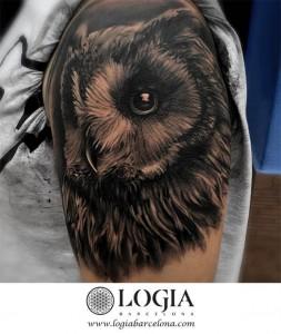 tatuaje-brazo-buho-logiabarcelona-grego