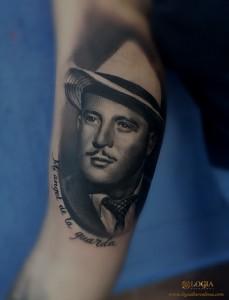 tatuaje-brazo-retrato-hombre-logia-barcelona-grego