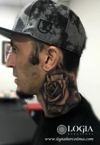 tatuaje-cuello-rosa-Logia-Barcelona-Grego-02