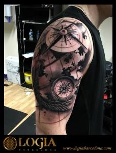 tatuaje-hombro-brujula-Logia-Barcelona-Grego